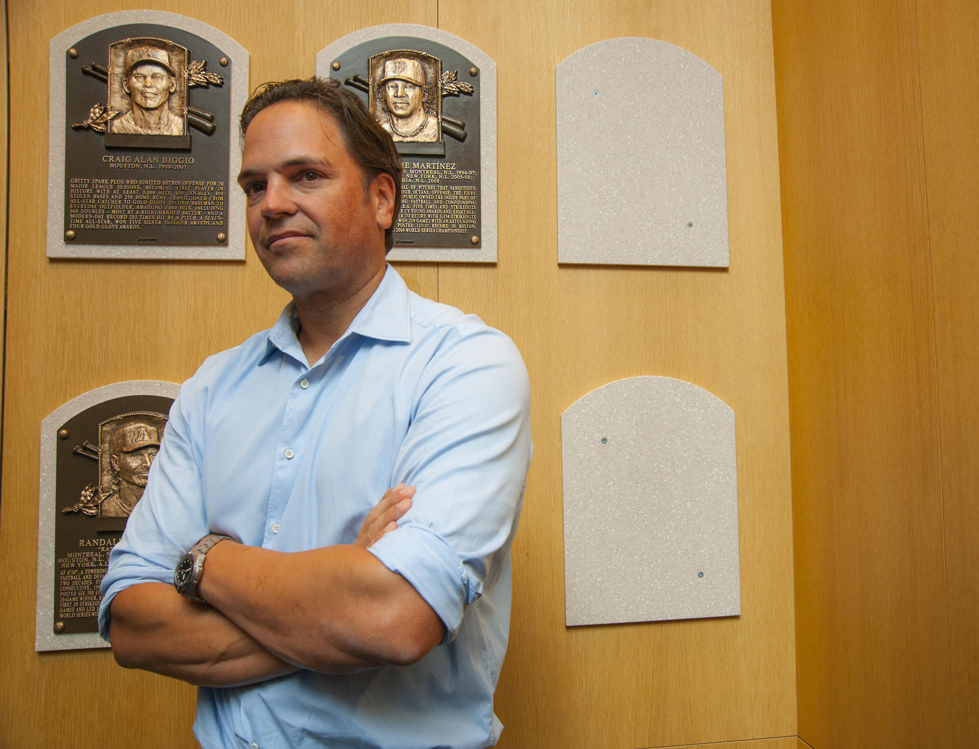 Mike Piazza's Baseball Hall of Fame Plaque Draws Fans Far and Wide